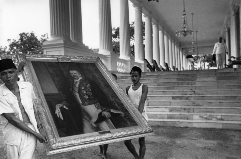 Foto karya Henri Cartier-Bresson, yang menangkap momen pemindahan lukisan para gubernur Hindia Belanda dari Istana Merdeka.
