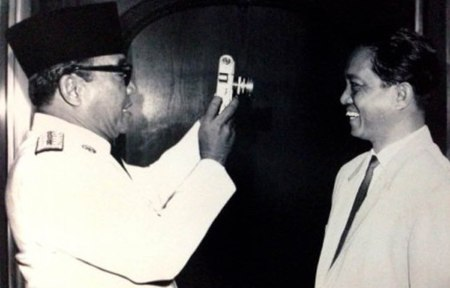 Aidit tertawa saat difoto oleh Presiden Sukarno.