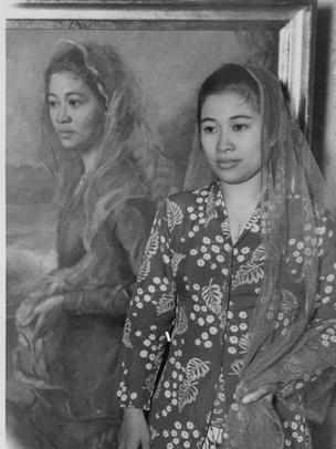 Fatmawati Sukarno di depan lukisan dirinya.