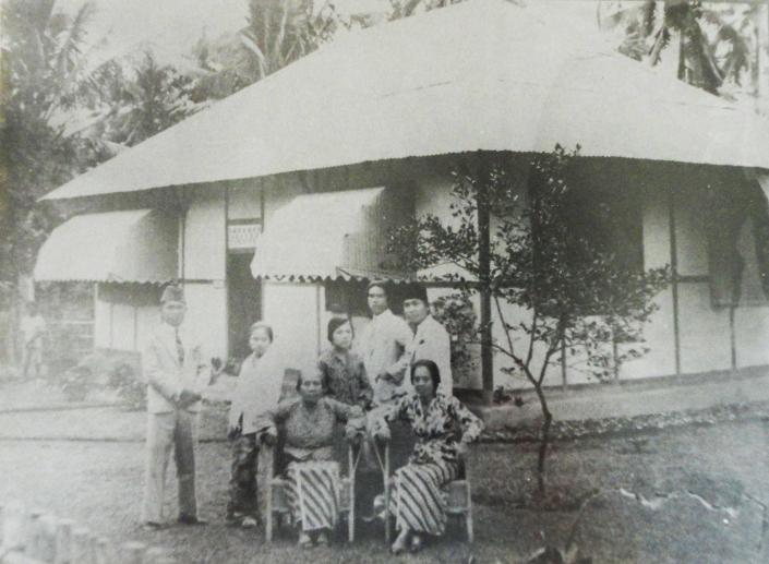 DI ENDE. Ibu amsi (kiri) duduk di sebelah Inggit Garnasih (kanan). Berdiri, dari kanan: Bung Karno, Asmarahadi, dan Ratna Djuami (Omi). /Foto dari Blog Roso Daras