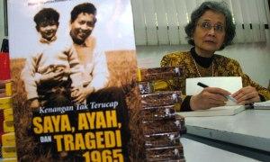 Nani Nurachman Sutojo saat peluncuran bukunya, 2013. Foto dari Metrotvnews.co, oleh Eric Ireng (Antara).