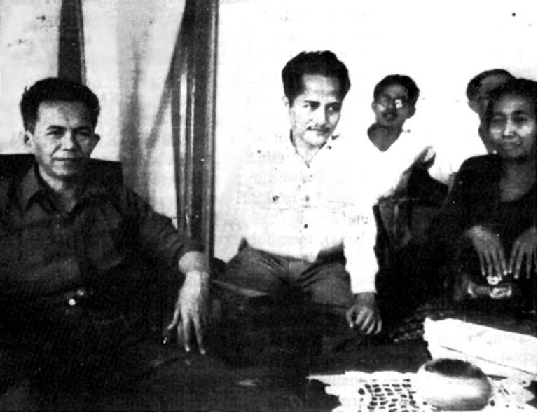 Tan Malaka (kiri) dan Soekarni (kedua dari kiri).