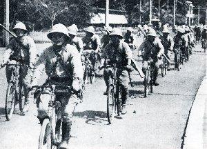 Tentara Jepang memasuki Batavia, 1942.