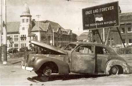 Mobil Jenderal Mallaby yang dibakar oleh pejuang-pejuang Surabaya, di dekat Jembatan Merah.