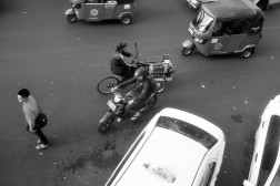 Antara baja, motor, gerobak, dan taksi.