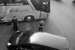 Antara bis dan mobil.