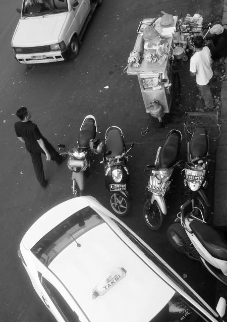 Taksi, sepeda motor, dan tukang gorengan.