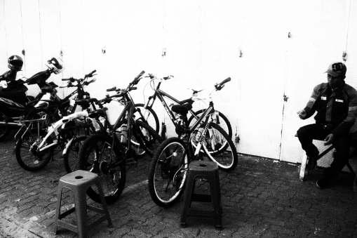 Aku jaga sepedamu.