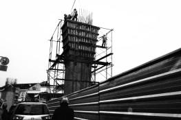 Pekerja konstruksi tiang jalan untuk MRT (1).