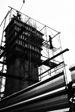 Pekerja konstruksi tiang jalan untuk MRT (2).