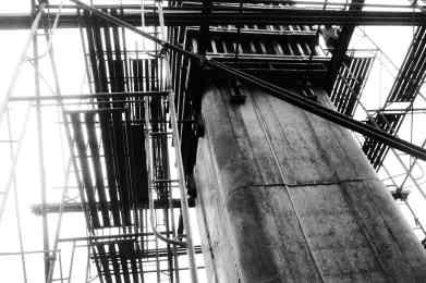 Pekerja konstruksi tiang jalan untuk MRT (3).