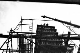 Pekerja konstruksi tiang jalan untuk MRT (4).