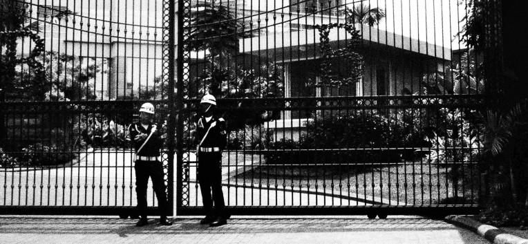Penjaga gerbang.