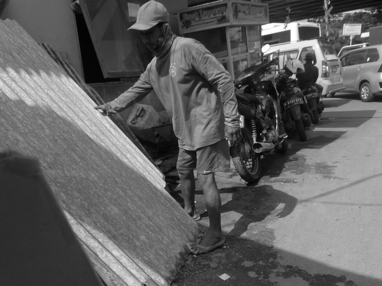 Pekerja Toko Material Bangunan